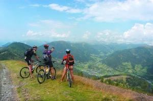 Aneu en bici, a la muntanya, viatgeu, llegiu un llibre a la platja; però no passeu l'estiu llegint blogs a casa [foto©: Bad Kleinkirchheim]